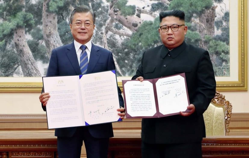 South Korean President Moon Jae-in (L) and North Korean leader Kim Jong Un after a signing ceremony at their summit in Pyongyang