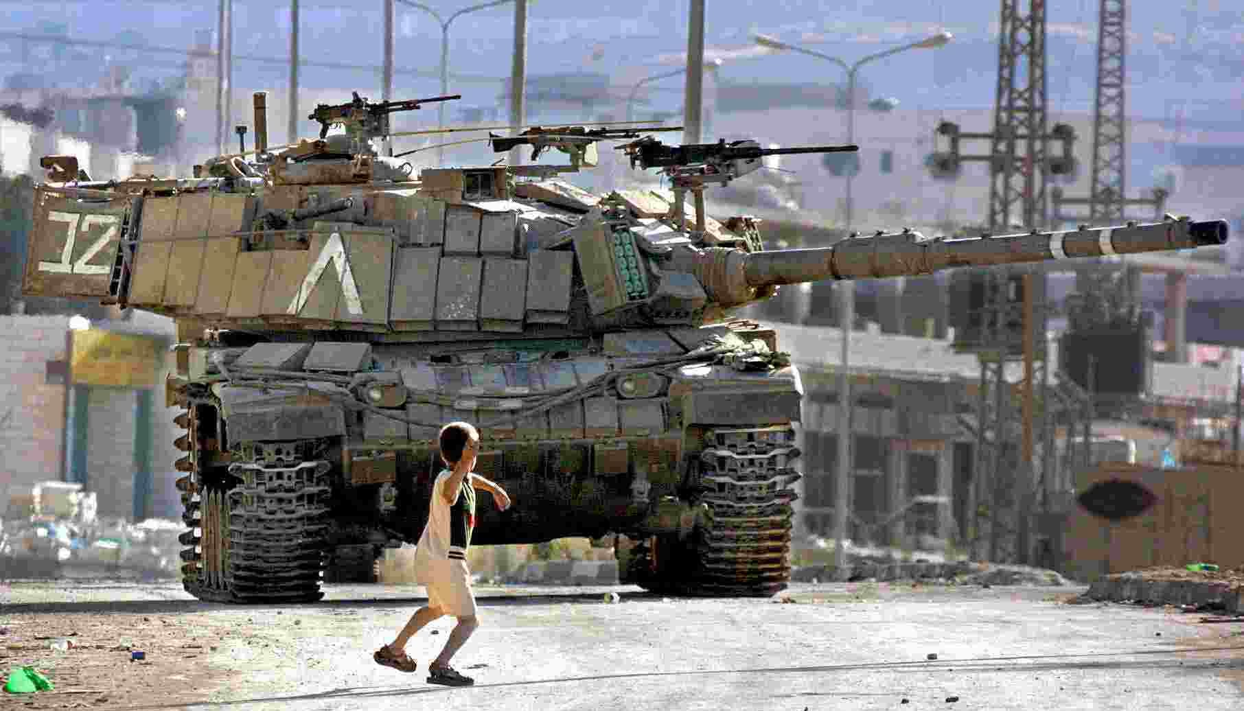 Gaza-boy fighting against an Israeli tank