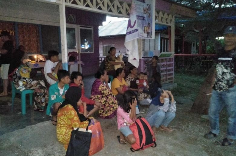 Indonesia 7.3 magnitude earthquake kills one woman , whilst thousands flee their homes.