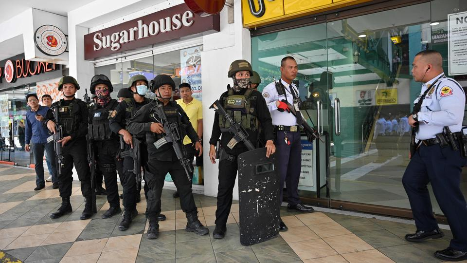 Filipino Police surround a mall in Manila after a gunman takes 30 hostages