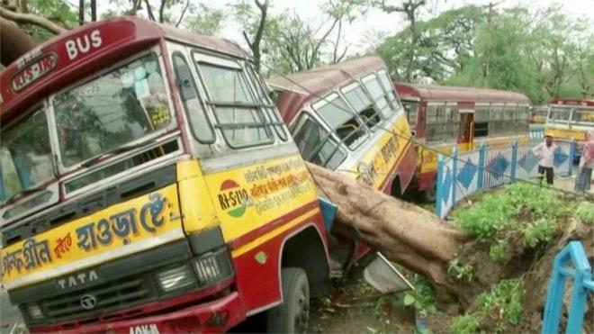 Cyclone rips through Kolkata