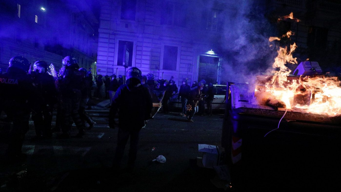 Daily News Briefing: WATCH Italian police use water cannons, tear gas & stun grenades as they clash with anti-lockdown protesters in Rome
