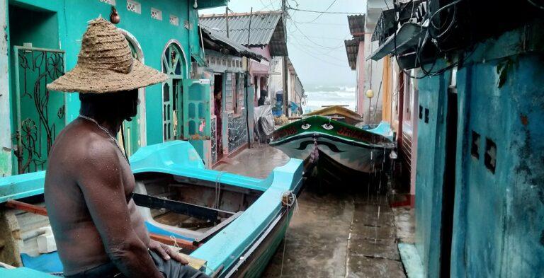 Cyclone hits Sri Lanka as southern India hunkers down