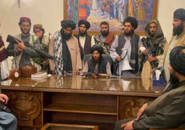Taliban declares victory in Afghanistan as thousands fight to flee country