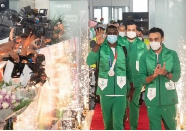 Saudi Olympic champion Hamedi greeted with surprise celebration in Jeddah airport