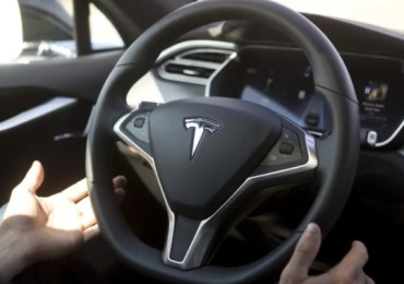 Tesla using part-automated drive system slams into police car