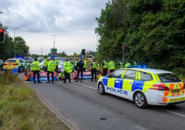 Eco-mob grinds M25 London to a HALT: Furious drivers clash with XR splinter group