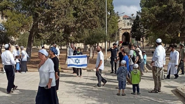"""Israeli settlers attack and raise the flag of """"Israel"""" in Al-Aqsa Mosque"""