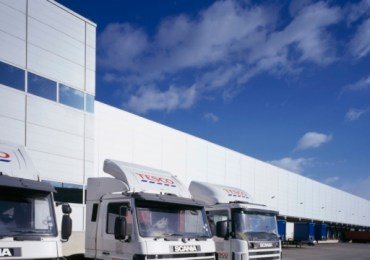Tesco warns of panic buying in run-up to Christmas without action to end HGV driver shortages