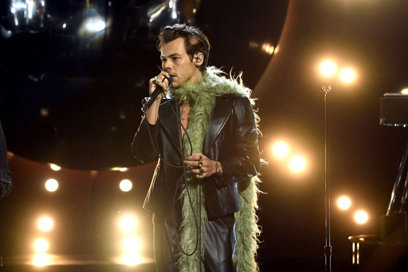 Harry Styles vogue cover, non-binary fashion and queerbaiting