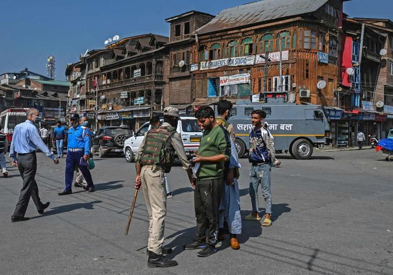 Tensions high as India detains hundreds in Kashmir