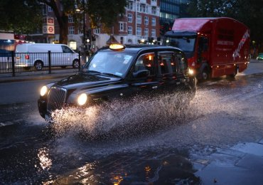 UK weather: Flooding in London and South East after 45mph Storm Aurore